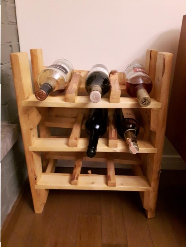 """Casier à bouteilles de vin. Dimensions: 17 1/2"""""""" de large x 11"""""""" de profond et 23 '' de haut. Contient neuf bouteilles."""