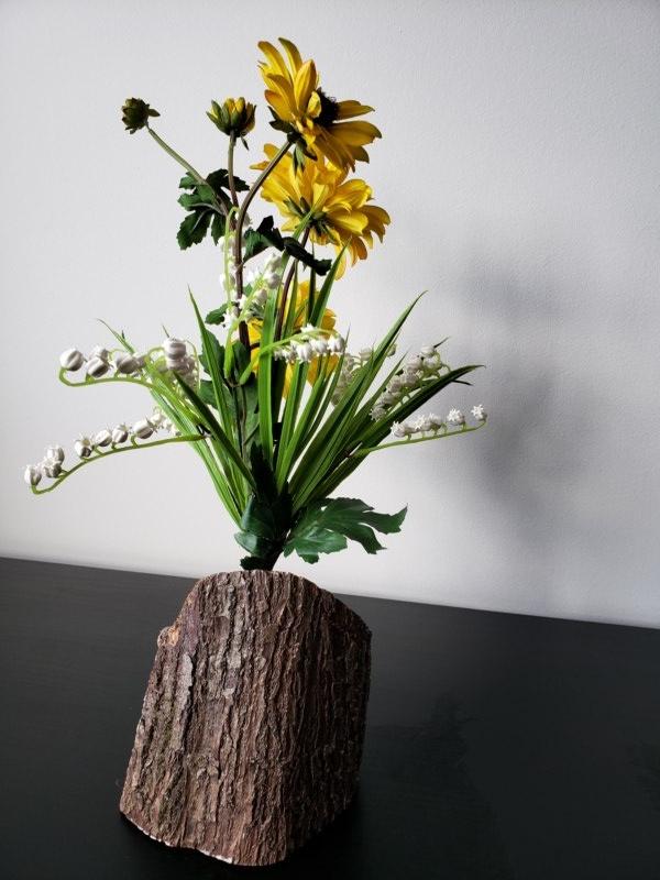 Bûche décorative avec fleurs artificielles